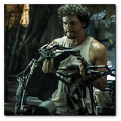 :: Pulse para Ampliar :: Spider (WAGNER MOURA) inside his armory in Columbia Pictures' ELYSIUM.