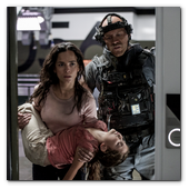 :: Pulse para Ampliar :: Crowe (JOSH BLACKER, right) throws Frey (ALICE BRAGA) and her daughter (EMMA TREMBLAY) in a supply room in Columbia Pictures' ELYSIUM.