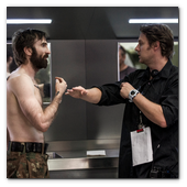:: Pulse para Ampliar :: Sharlto Copley (left) with director Neill Blomkamp on the set of TriStar Pictures' ELYSIUM.