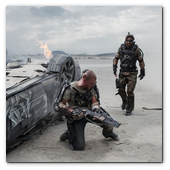 :: Pulse para Ampliar :: Matt Damon (left) and Sharlto Copley in Columbia Pictures' ELYSIUM.