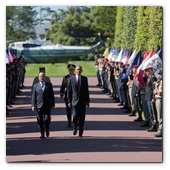 :: Pulse para Ampliar :: President Barack Obama and President François Hollande of France walk together to the 70th French-American Commemoration D-Day Ceremony at the Normandy American Cemetery and Memorial in Colleville-sur-Mer, France, June 6, 2014.
