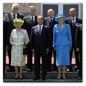 ":: Pulse para Ampliar :: President Barack Obama joins President François Hollande of France, Queen Elizabeth II, and foreign leaders for a group ""family"" photo prior to a lunch to commemorate the 70th anniversary of D-Day, at Château de Bénouville in Normandy, France, June 6, 2014."