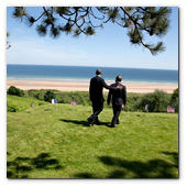 :: Pulse para Ampliar :: President Barack Obama and President François Hollande of France walk to the bluffs overlooking Omaha Beach following the 70th French-American Commemoration D-Day Ceremony at the Normandy American Cemetery and Memorial in Colleville-sur-Mer, France, June 6, 2014.